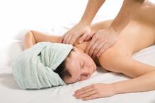 Femme massage dos serviette verte