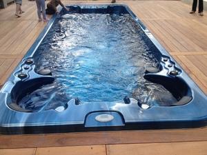 Une perle ce spa de nage ... Une esthétique soignée dans une cuve de 5,8 mètres de long. Sport, détente, relaxation ou massage dynamique, le mauna loa est à consommer sans modération.