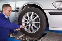 Voiture blanche mecano change pneu