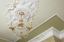 Le raffinement d'une décoration intérieure peut s'exprimer jusque dans l'ornement des plafonds : des décorations de toutes formes, modernes, classiques ou baroques.