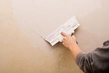 Le mur fait partie des éléments les plus touchés par l'humidité.