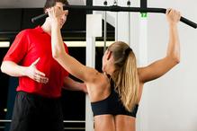Femme avec coach se muscle le dos