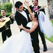Mariés dansent avec musiciens