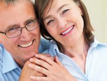 Couple heureux en train de sourire