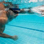 Homme nage sous l'eau