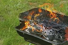 charbon de bois ou briquettes pour votre barbecue. Black Bedroom Furniture Sets. Home Design Ideas