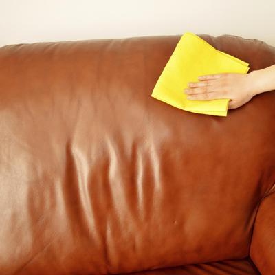 Un truc de grand-mère pour nettoyer son canapé en cuir