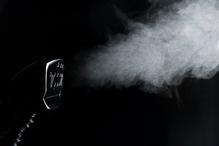 Fond noir nettoyeur vapeur blanche