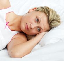 Femme au lit inquiète