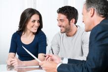 Couple et notaire en entretien