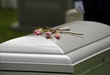 Les obsèques du défunt doivent être organisées dans les six jours ouvrés qui suivent la date du décès.