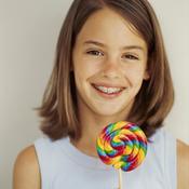 Petite fille avec appareil dentaire et sucette