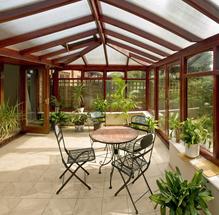 Véranda aménagée avec des chaises et des plantes