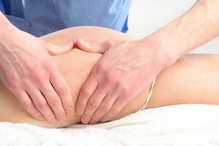 Homme palpe cuisse massage