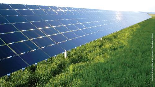 Panneau photovoltaique dans l'herbe
