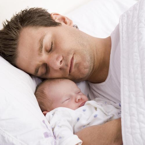 Les 8 r flexes du papa d butant grossesse for Orientation lit bebe