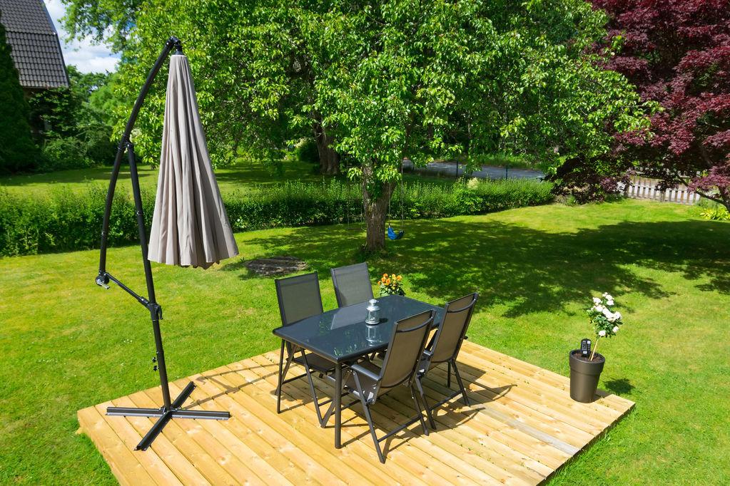 Parasol inclinable choix et prix du parasol inclinable ooreka - Table de jardin avec parasol ...