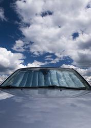 Avant voiture pare soleil ciel bleu