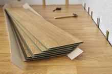 Poser le revêtement de sol dans une maison en bois