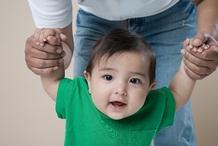 Père aide son bébé à marcher