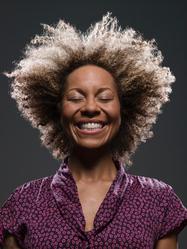 Femme avec afro souriante