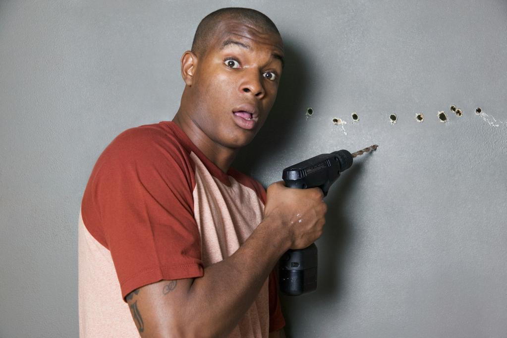 Solutions pour fixer des objets au mur sans percer - Chatiere sans faire de trou ...
