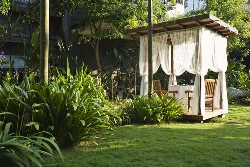 Une pergola permet d'abriter votre terrasse du soleil et de la chaleur en été.