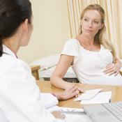 Patiente enceinte réconfortée par psychologue