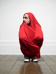 Homme emmitoufle drap rouge