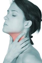 Femme douleur à la gorge
