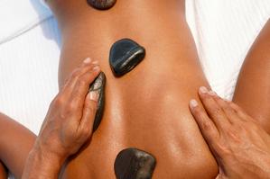 Massage dos pierres chaudes