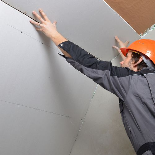 Poser des plaques de plâtre au mur