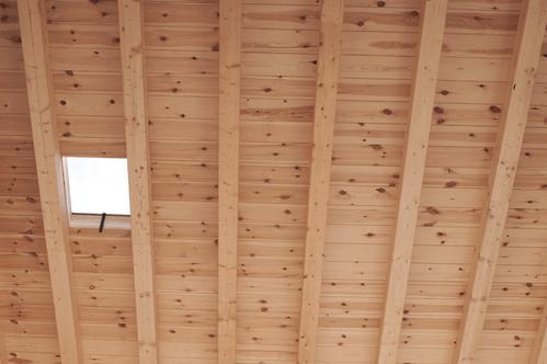Monter un plafond dans des combles ooreka for Plafond poutres apparentes bois