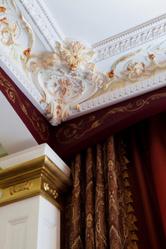 Il existe différents types de plafonds parmi lesquels : le faux plafond (suspendu ou tendu), le plafond à la française, le plafond staff ou encore le plafond à caisson.