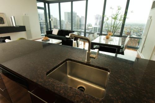 plan de travail cuisine pierre cuisine provenale laque et patine plan de travail et crdence en. Black Bedroom Furniture Sets. Home Design Ideas