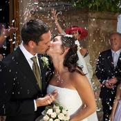 Mariés s'embrassent devant l'église