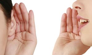 Femme ecoute parle mains