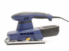 Décapage, rabotage, polissage ou encore lustrage, la ponceuse est l'outil indispensable au travail de surfaçage des matériaux.