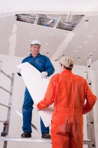 Le faux plafond permet de libérer un espace (appelé le plénum) qui très souvent accueille l'isolation et les câbles électriques.