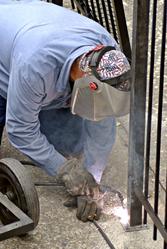 Ouvrier soude portail extérieur