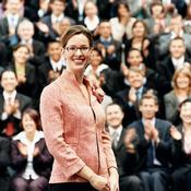 Femme souriante foule applaudit