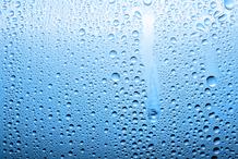 La pression hydrostatique est la pression exercée par l'eau sur les fondations d'un bâtiment.