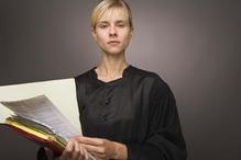 Avocate documents en main