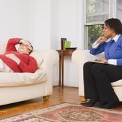 Patiente allongée avec psychologue