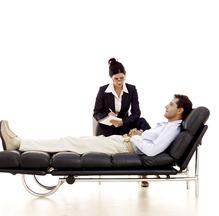 Patient sur divan et psychologue
