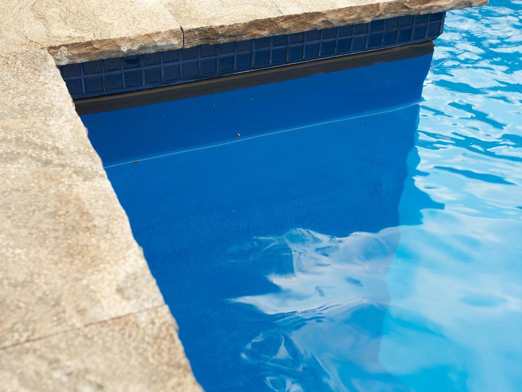 Piscine la propret de la ligne d eau for Que mettre autour d une piscine