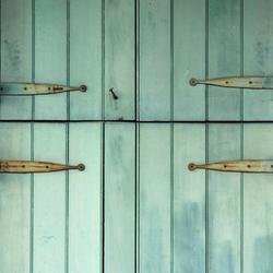 Quelles ferrures choisir pour des volets en bois?