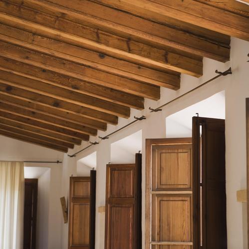 Retirer des clous dans des poutres au plafond