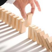 Une personne retire un domino