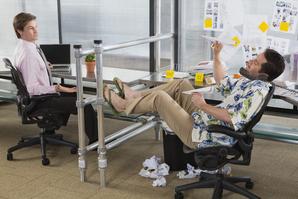 Bureau employe nonchallant avions papier collegue travailleur